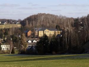 Bild Schule mit Blick über Lugau